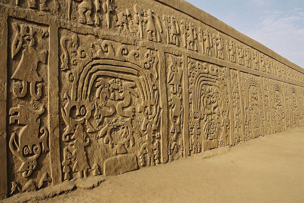 Wall in the Huaca Dragon or Arco Iris. Image Credit: wikipedia