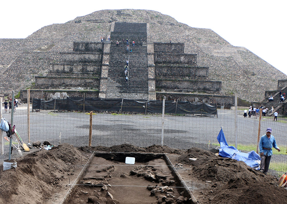 In this image we see the excavation process carried out just in front of the mighty Pyramid of the Moon. Image: Proyecto Estructura A, Plaza de la Luna, Teotihuacán, INAH