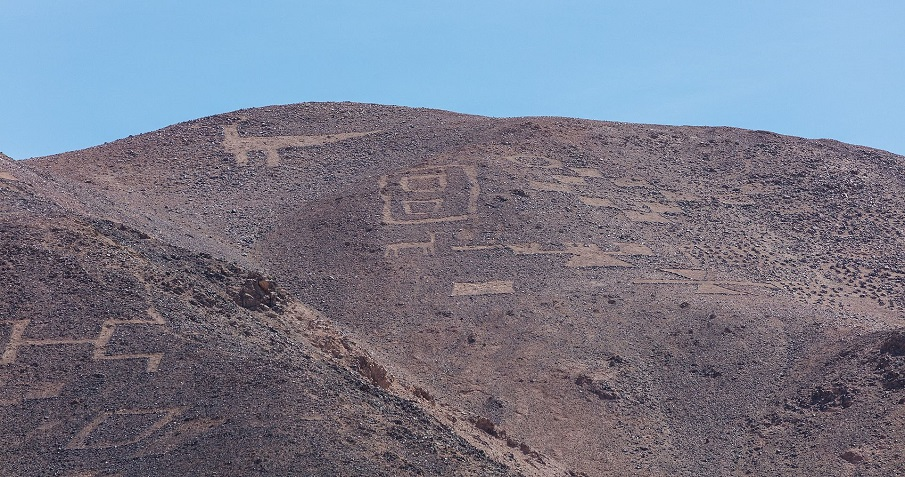 A message to the gods? Massive Geoglyphs around the world Cerros_Pintados_Pampa_del_Tamarugal_Chile_2016-02-11_DD_110